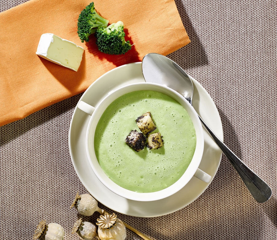 Brokkoli-Camembert-Suppe mit Mohncroutons