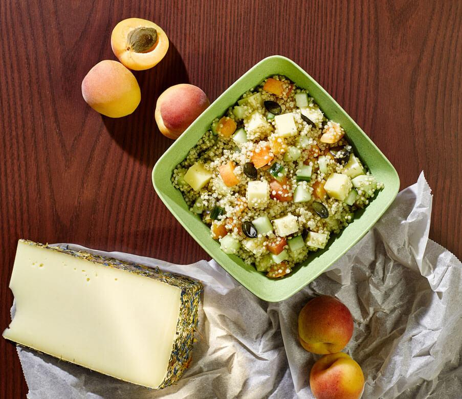Quinoasalat mit Gurke, Marillen und Schnittkäse
