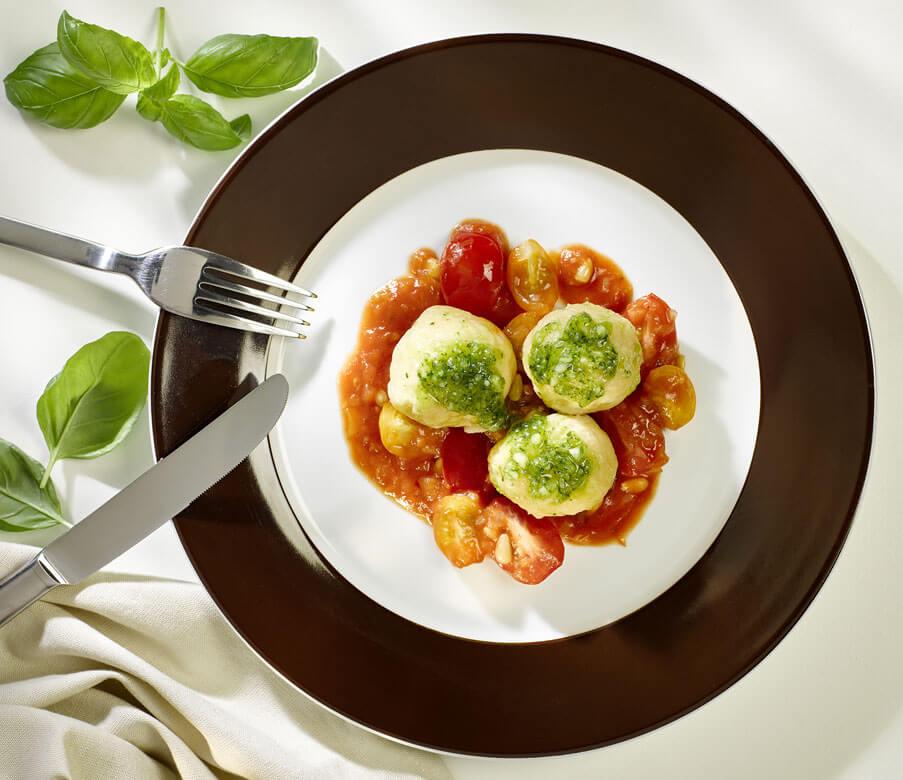 Pikante Topfenknödel auf Tomaten-Pinienkern-Ragout