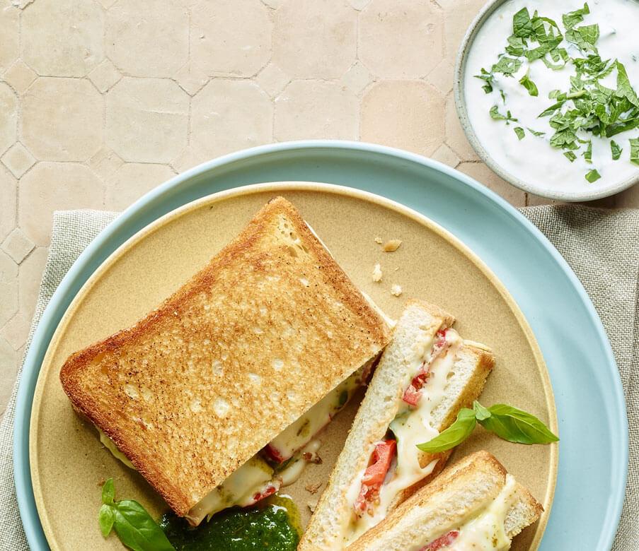 Grilled Cheese Sandwich mit Knoblauch-Minze-Dip