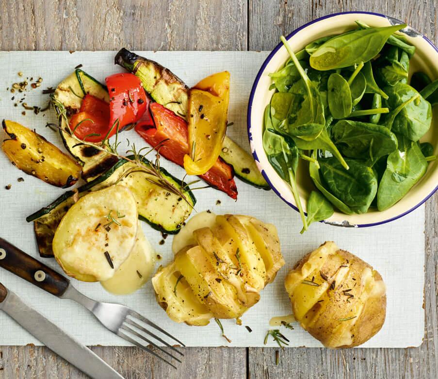 Käse-Kartoffeln mit Grill-Gemüse und Salat