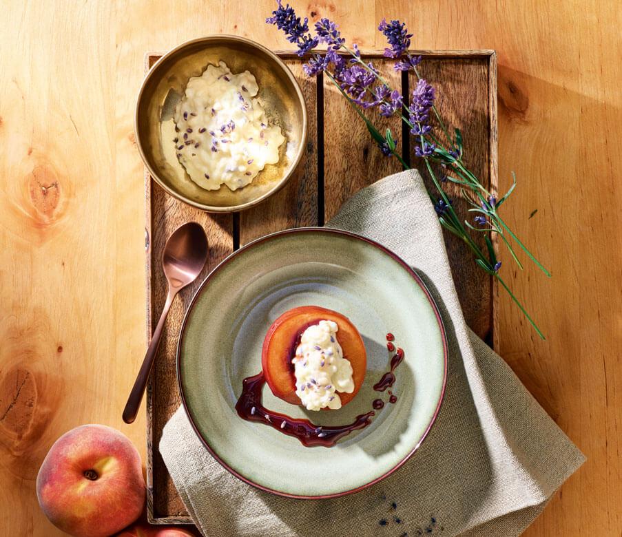Rotwein-Pfirsich mit Lavendel-Milchreis