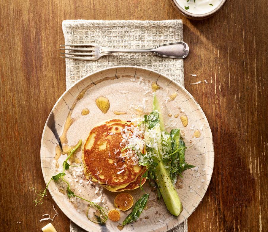 Mais-Heumilch-Käse Pancakes mit Gurken