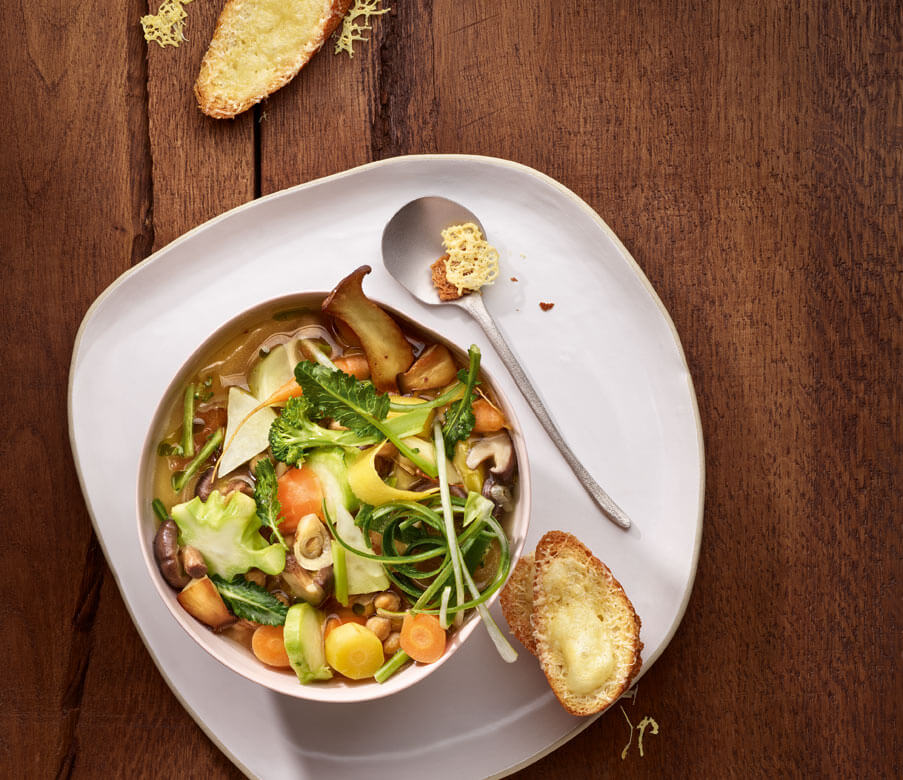 Minestrone mit Heumilch-Käse und Crostini