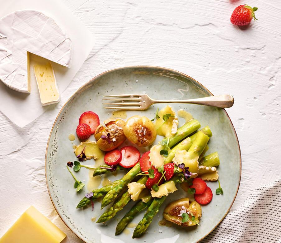 Frühlingshafter Spargel, Erdbeeren und Heumilch-Käse